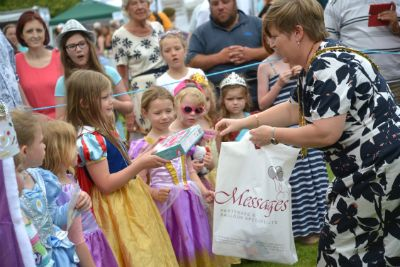 Mayor presenting prizes in fancy dress competition 2014